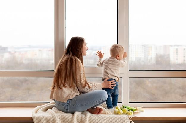 Mère jouant avec bébé garçon