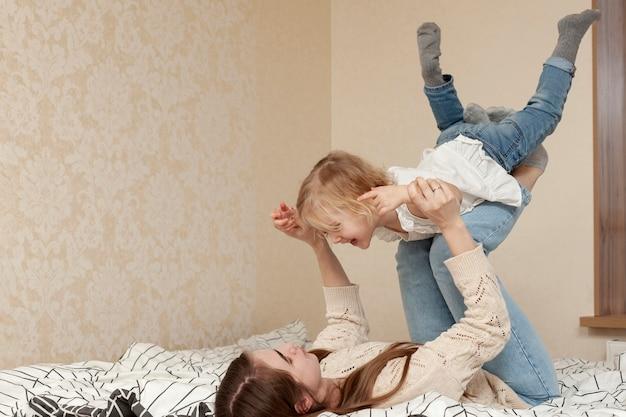 Mère jouant avec sa fille