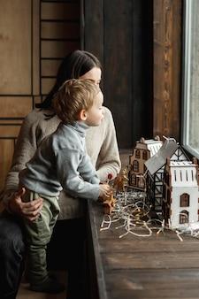 Mère jouant avec son fils