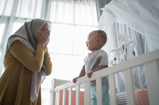 Mère joue un coup d'oeil avec son fils