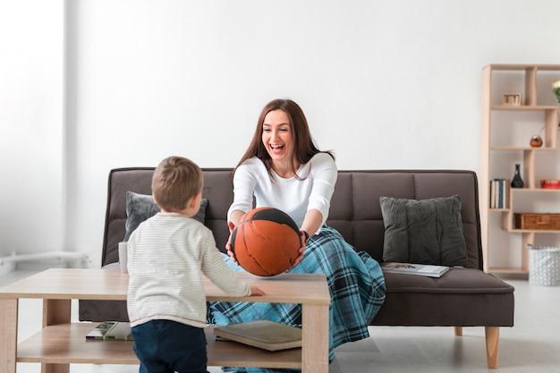 Mère, jouer, enfant, maison