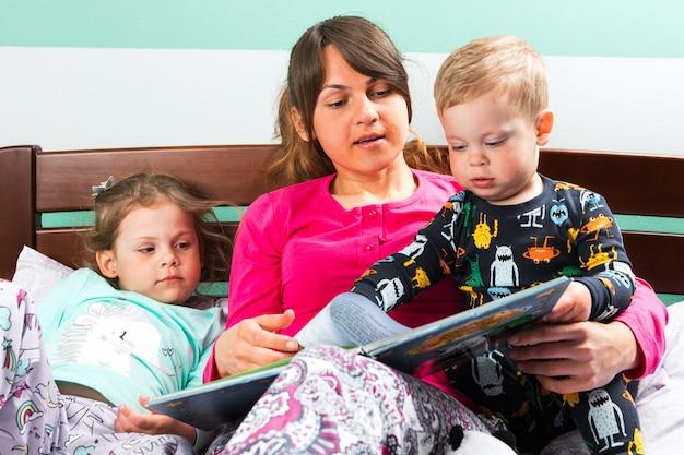 Mère, lecture, coucher, histoire, enfants