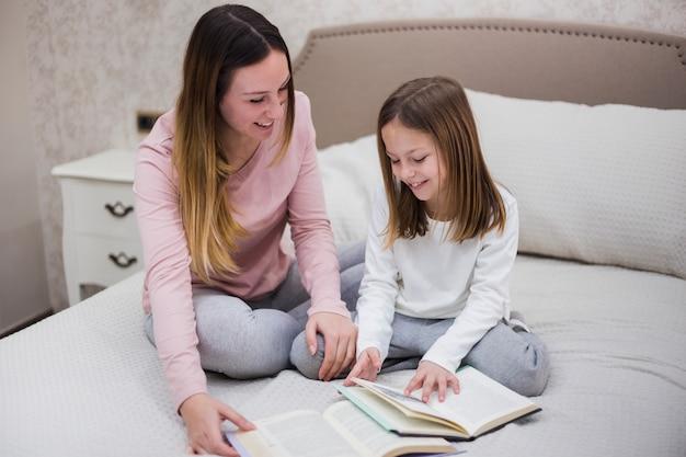 Mère, lecture, fille