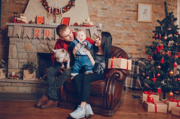 Mère levage bébé pendant que le père tient chien sur les genoux