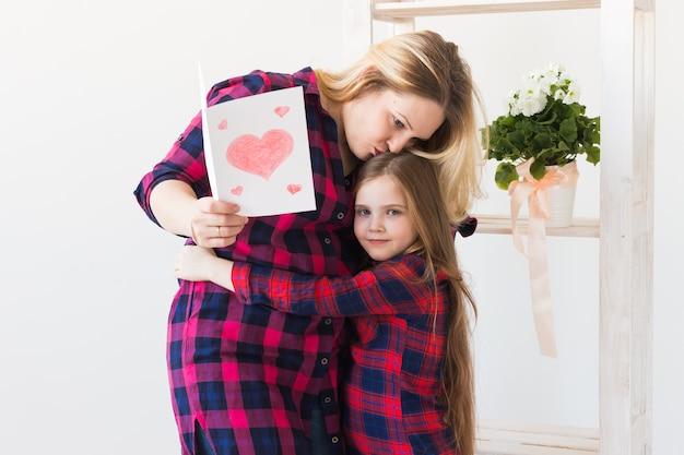 Mère lisant la carte de voeux de sa fille