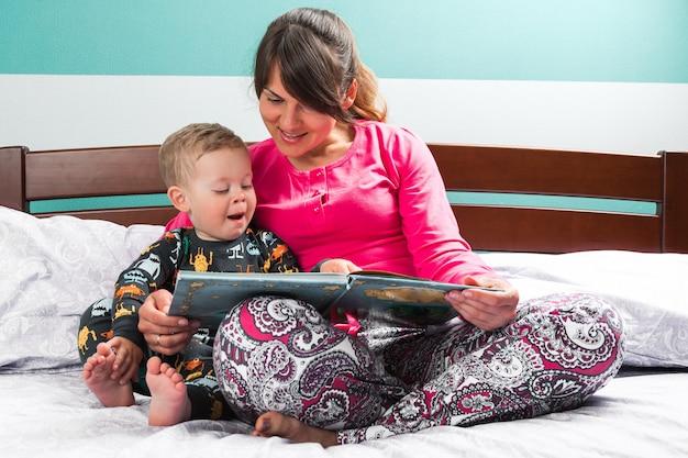 Mère lisant une histoire au coucher à son fils