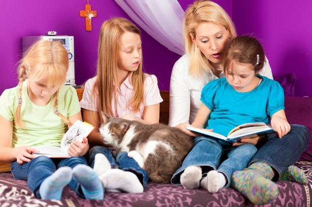 Mère lit un livre
