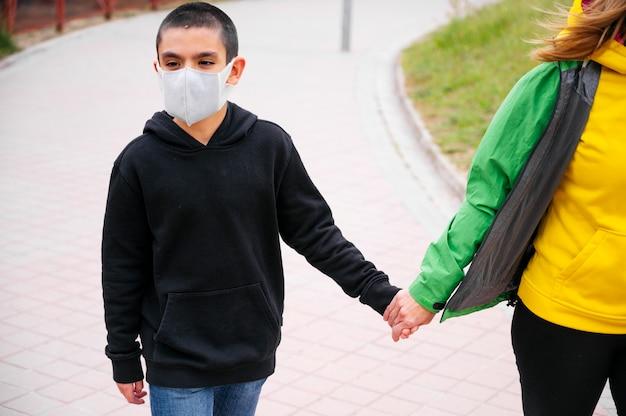 Mère marchant avec son fils dans la rue