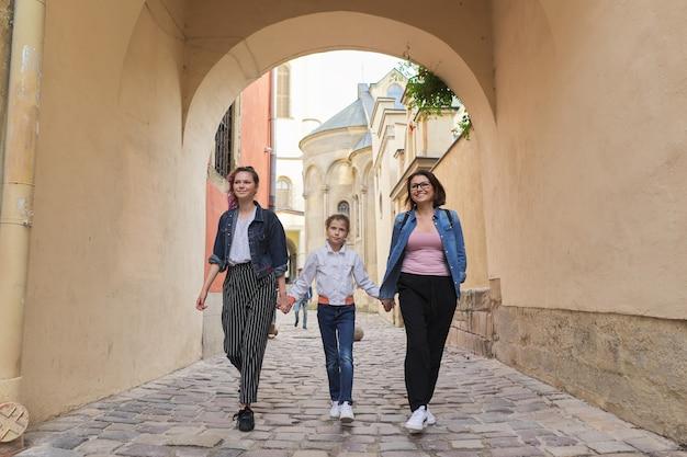 Mère marche et deux filles se tenant la main
