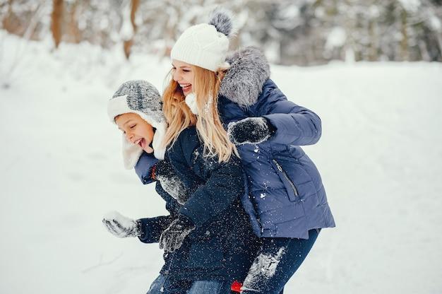 Mère avec mignon fils dans une hiver hiver