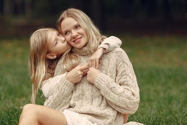 Mère à la mode avec sa fille. les gens marchent dehors
