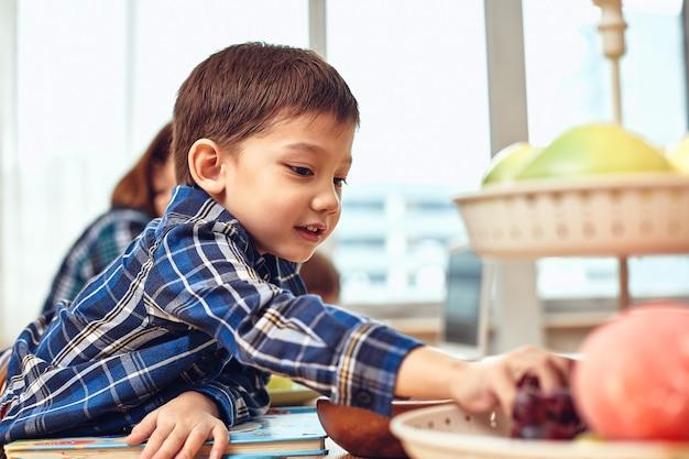 Mère moderne inventive avec des enfants multitâche le matin.