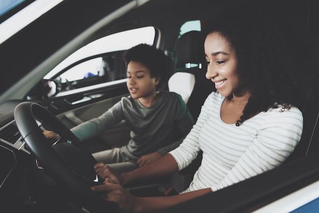 Mère monoparentale indépendante choisissant la voiture à acheter