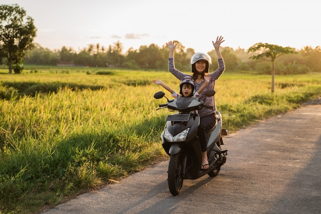 Mère à moto avec fille
