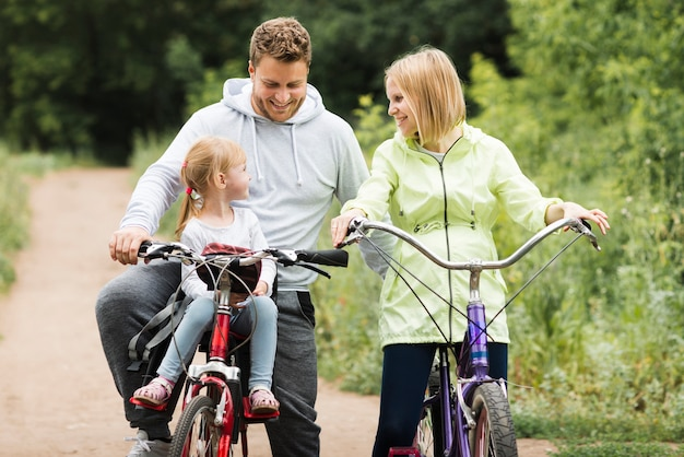 Mère, père, cyclisme, à, fille