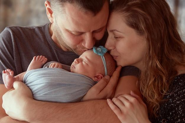 La mère et le père embrassant leur fille