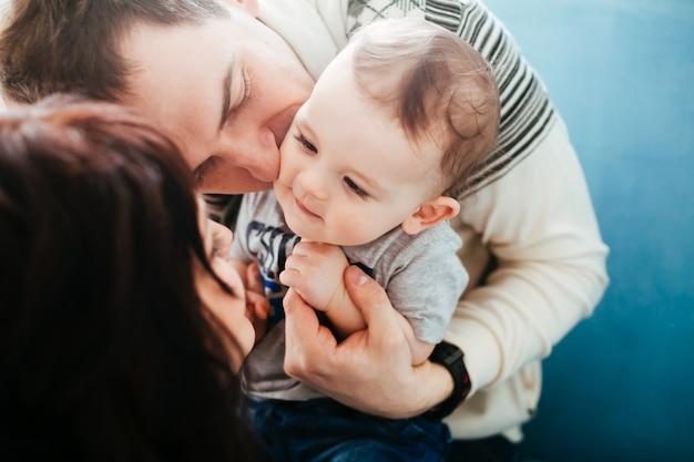 La mère et le père embrassant leur fils