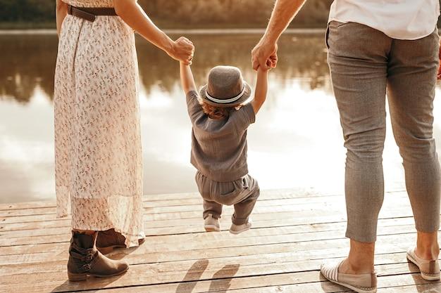 Mère et père enfant balançant