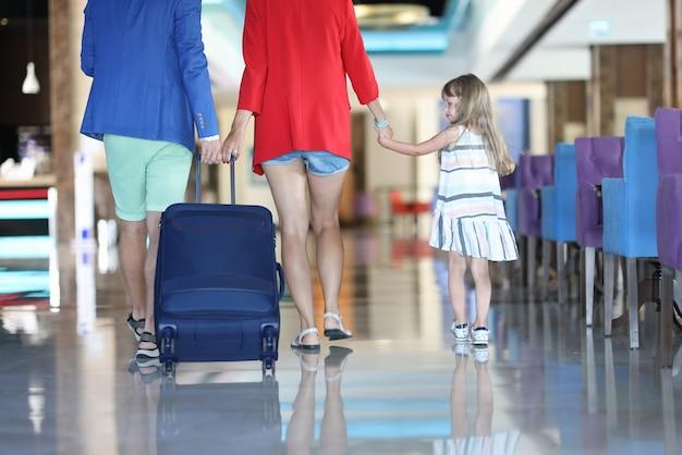 Mère, père et fille quittent la nourriture cort.