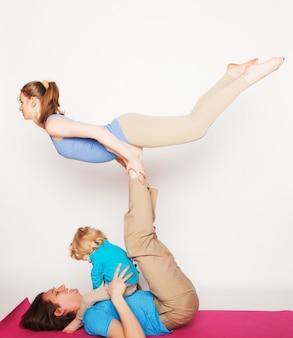 Mère, père et fils, faire du yoga