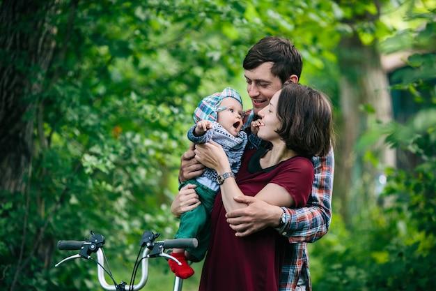 Mère, père, tenue, bébé, dehors