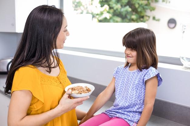 Mère petit déjeuner à sa fille
