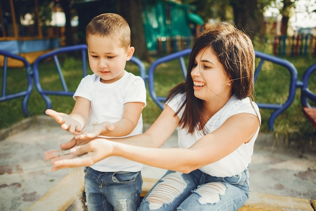 Mère avec petit enfant sur une aire de jeux