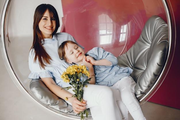 Mère avec petit enfant à la maison