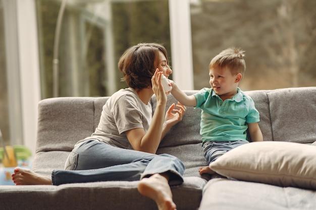 Mère avec petit fils assis à la maison en quarantaine