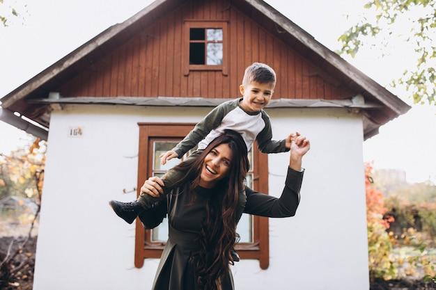 Mère avec petit fils dans un parc en automne