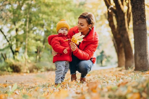 Mère avec petit fils dans le parc d'automne