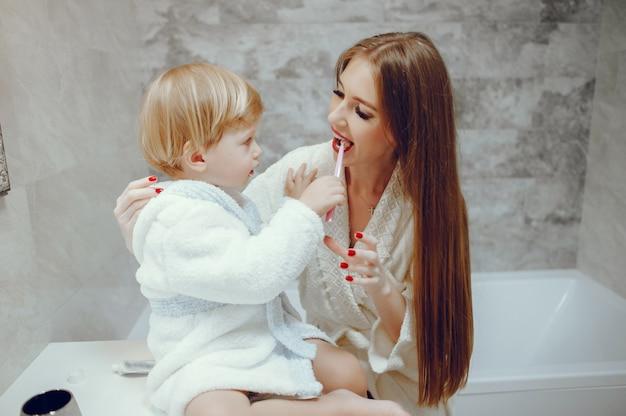 Mère avec petit fils dans une salle de bain