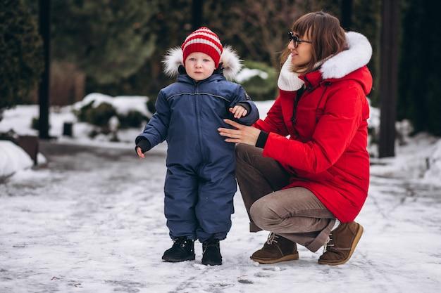 Mère avec petit fils dehors en hiver