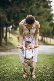 Mère avec petit fils d'enfant en bas âge dans le parc