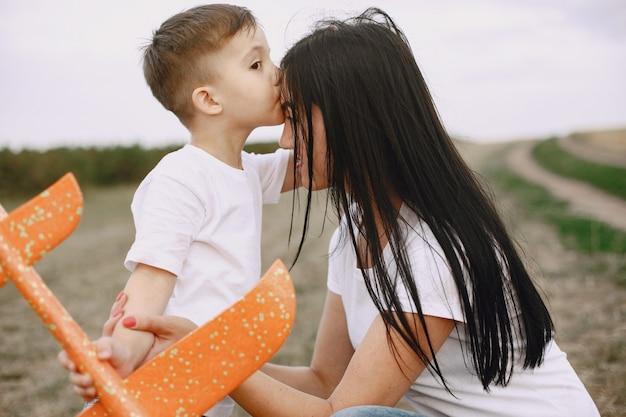 Mère avec petit fils jouant avec avion jouet