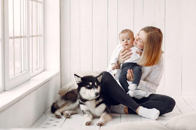 Mère et petit fils jouant avec un chien à la maison