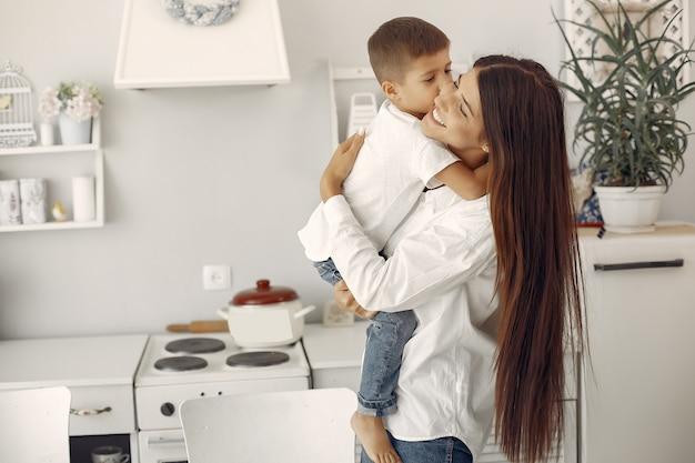 Mère avec petit fils s'amuser à la maison