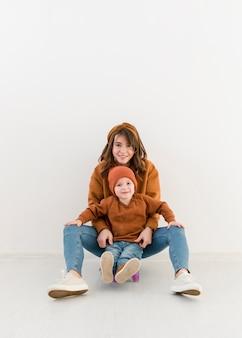 Mère avec petit garçon sur planche à roulettes