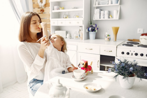 Mère avec petite fille boit un thé