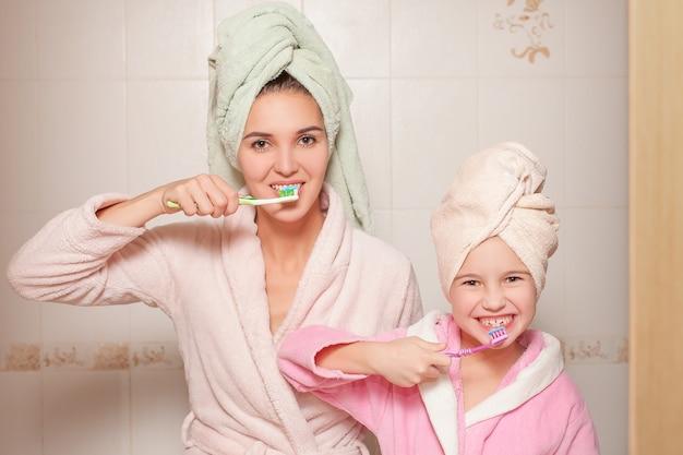 Mère et petite fille avec des brosses à dents