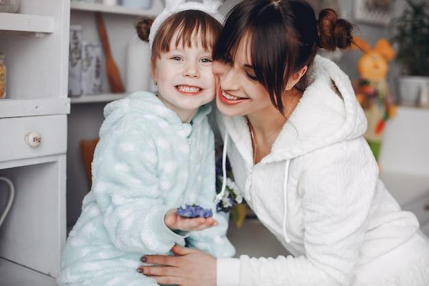Mère avec petite fille dans une chambre