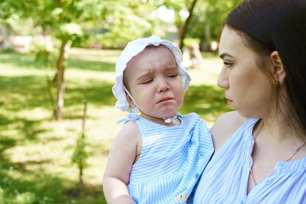 Mère et petite fille dans le parc