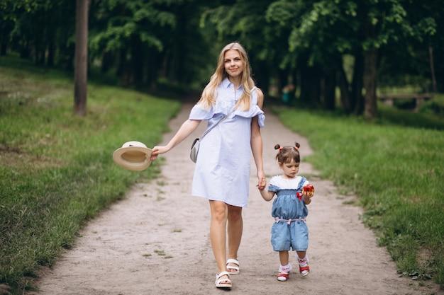 Mère avec petite fille dans le parc