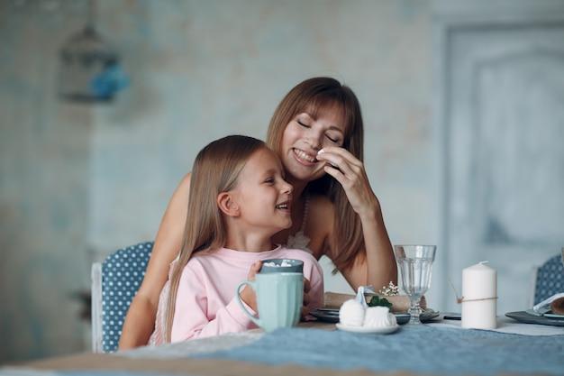 Mère et petite fille fille à la maison. monoparentalité et maternité.