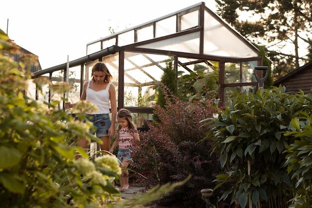 Mère et petite fille jardinant en été