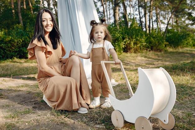Mère et petite fille jouant dans un champ d'été