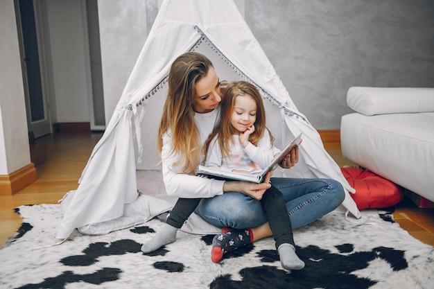Mère avec petite fille à la maison
