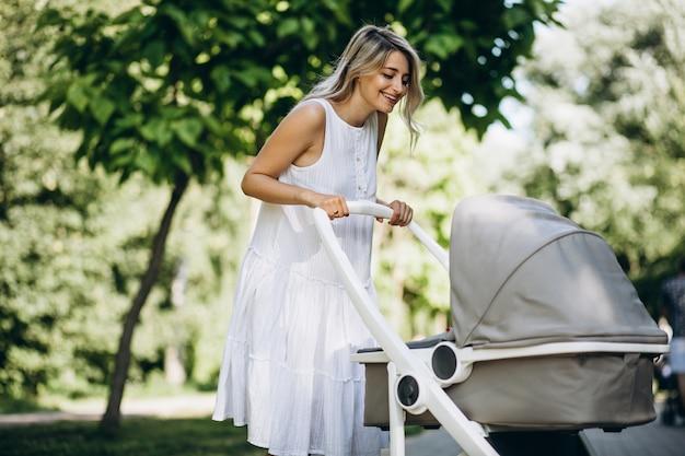 Mère avec petite fille marchant dans le parc