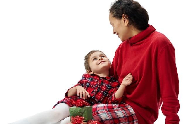 Mère et petite fille à noël
