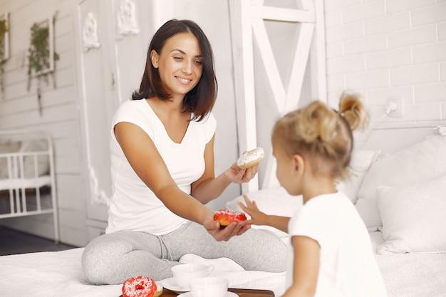 Mère et petite fille prennent un petit déjeuner à la maison